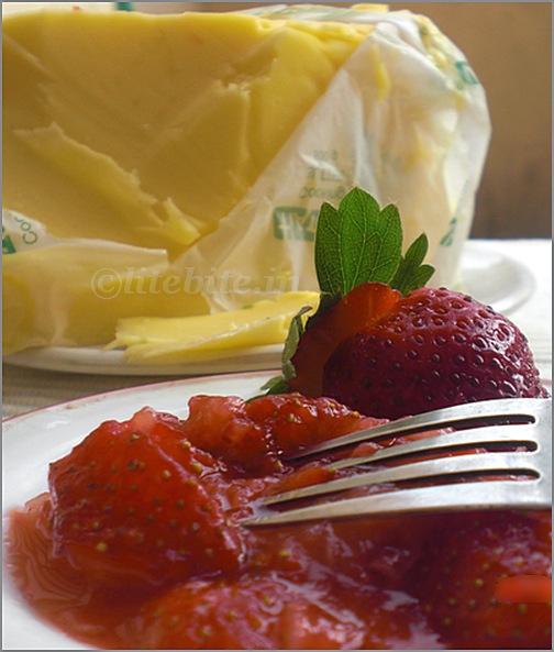 strawberry eggless cake
